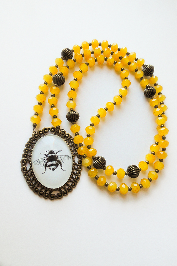 Bumble bee necklace 48€