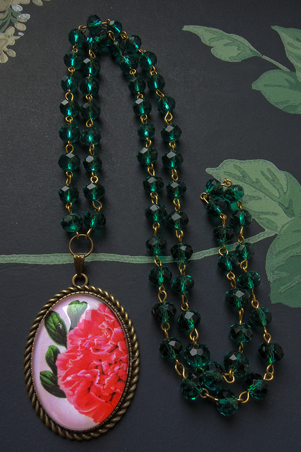 Peony and green glass beads 49€