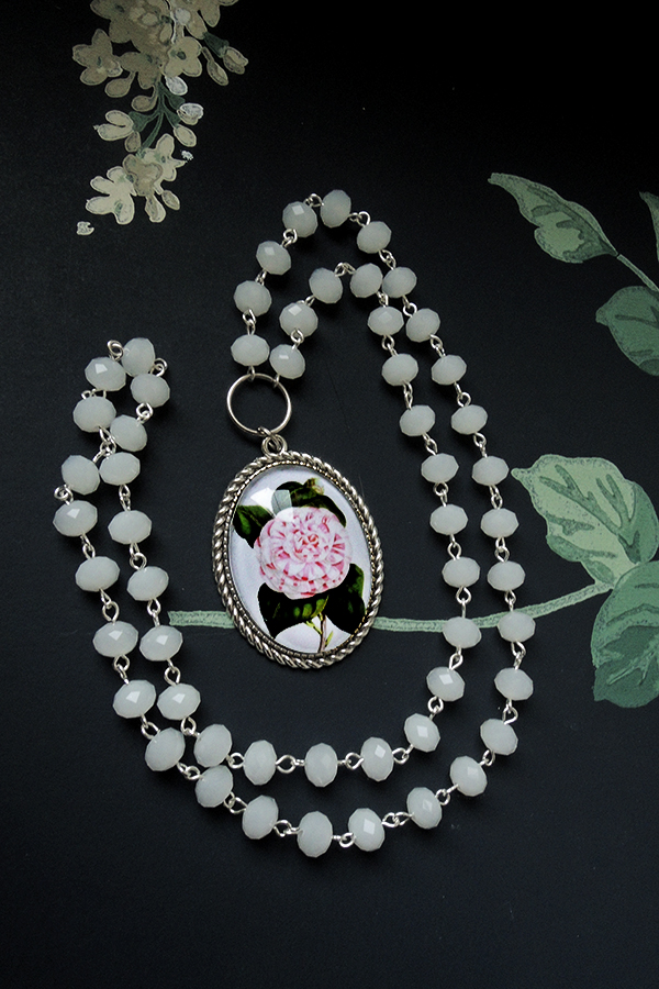 Peony and white glass beads 49€
